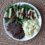 Kukkakaaliriisiä mustapapupihvien kera